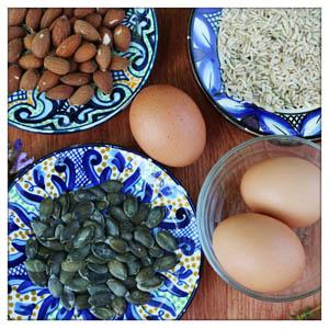 Eier, Mandeln, Kürbiskerne und Natrureis enthalten besonders viel Phenylalanin