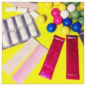 Ein Bild von diversen, bunten Süßigkeiten.